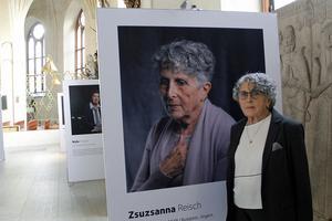 Zsuzsanna Reisch vid sitt eget porträtt vid utställningen Fading stories i domkyrkan.