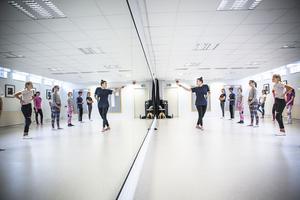 Dansare mellan 13 till 15 år samlades i två grupper för att delta i Estrad Ljusdals dansläger.