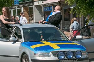 Privata bilar och flak körde genom stan med glada studenter på torsdagen.