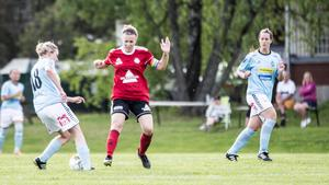 Smedjebackens Matilda Kilström i duell om bollen med Ornäs Fredrika Wessberger.