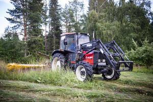 Christer Söder slår sin åker med sin Valmet traktor.