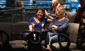 """Elisabeth Lorentzon och Carina Engström tränade skidteknik på Södra berget – och kom tillbaka till båten som """"två nya Kalla"""", enligt de själva. """"Det var en fantastiskt bra instruktör"""", säger Elisabeth."""