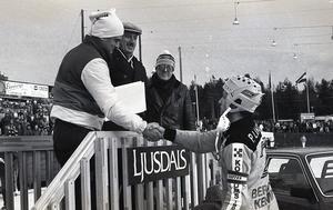 Brobergs kapten Pär Langer gratuleras av cupgeneralen Björn Swartswe.