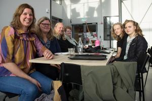 Här avbryter tidningen mitt i eftermiddagsfikat för Magdalena Ewert, Tova Åberg, Ulrich Kjaergaard, Caisie Wahlborg, Viggo Sörensen och Louise Sörensen, som alla är från Tierp.