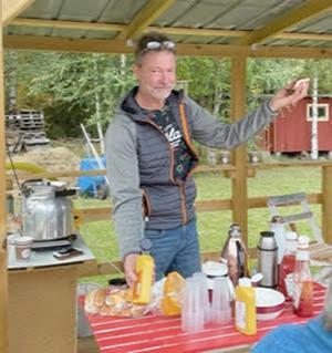 En nöjd och glad Björn Södergren serverade varmkorv ochkaffe. Foto: Elisabet Yngström