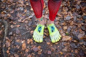 """Även om minimalistisk löpning ofta kallas barfotalöpning springer man sällan helt barfota utan med så kallade fivefingers som inte är uppbyggda som skor utan mer som en gummisula som skyddar själva huden. """"Jag skulle gärna springa helt barfota men här är det mycket grus och det gör ont. Stigar, asfalt och stränder är däremot skönt"""", säger han."""