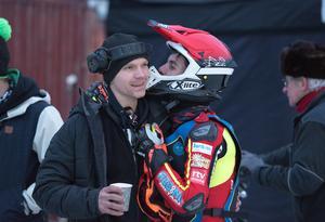 Niclas Svensson får en puss av Jasper Iwema.