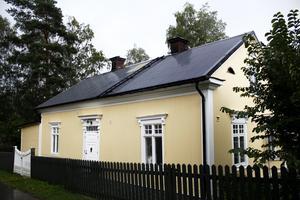 Huset ligger precis intill Sagån precis på gränsen mellan Västmanland och Uppland.