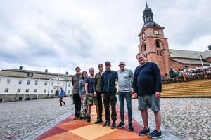 Under måndagen invigdes trasmattan på Stora Torget. Många hade samlats för att se det röda bandet klippas.