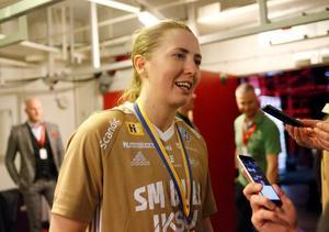 Emelie Wibron, med guldmedalj runt halsen, intervjuas i den mixade zonen efter matchen.