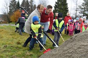 Hösten 2017 tog Birgith Olsson Johansson(S) tillsammans med partikamraten Per Nylén det första spadtaget på bygget av  nya förskolan Ängsmarken i Gullänget.