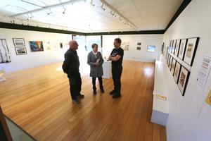 På samlingsutställningen i Kumla konsthall kan man se bidrag från alla i Konstslingan medverkande konstnärer under samma tak. Närmast hänger bidragen till Konstkalender 2020.