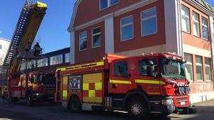 Röklukten på vinden visade sig komma från en närbelägen pizzeria. Det var alltså ingen som helst fara för någon okontrollerad brand. Räddningstjänsten kunde snabbt återgå.