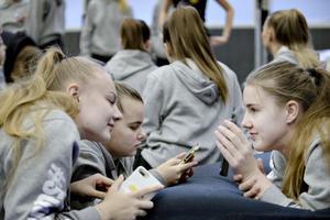 Mobiltelefonerna är alltid med. Ida Bäckström, Lovisa Hedström och Alma Åkerlund.