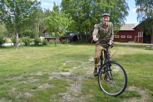 Victor Fransson, kock och grönsaksodlare, hyr ett hus i byn Forsåsmon där han bor med sambon Sofia Gustafsson och dottern Tora.