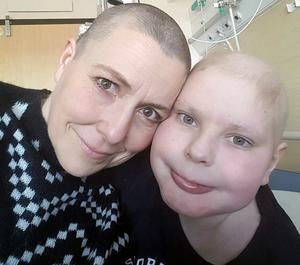 Mamma Anna och sonen Oscar fick båda cancerbesked med sex veckors mellanrum. Foto: Privat