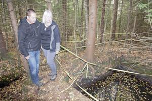I det här vattenhålet i skogen utanför Hedemora drunknade hunden Töffa. Anders Eriksson och Berit Renberg vill att hålet fylls igen så snart som möjligt.