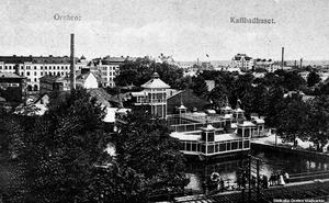 Kallbadhuset ritades av Vilhelm Renhult och invigdes år 1907. Det låg väster om bryggeriet, där  Östra bangatan korsar Svartån i dag. Bryggeriets skorsten till vänster. (Bildkälla: Örebro stadsarkiv)