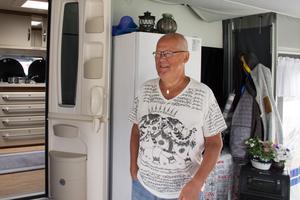 Tommy Edhner trivs i sin husvagn och på campingen i Årsunda.