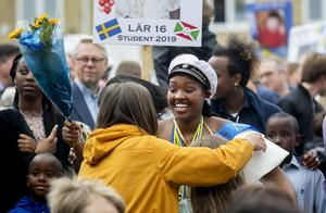 Felicia Irimbabazi, Lär-16, gratuleras efter studenten.