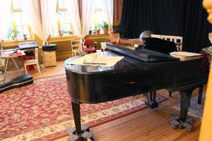 Både flygel och musikscen, ibland har de konserter hemma.