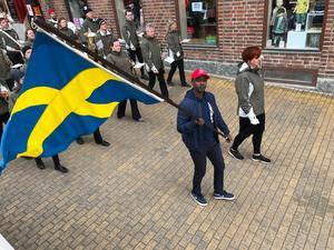 Jean-Luc Kabisa var fanbärare i Socialdemokraternas förstamajtåg i Östersund