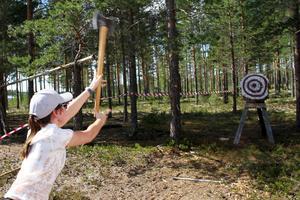 Ljusdalstjejen Anna Kadin testade yxkastning, som Martin Nilsson i Road Runners fixat som en av många aktiviteter vid sidan om de mer motorrelaterade.