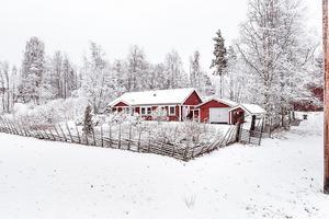 Hus med potential i natursköna Österbyn, beläget ca 3 mil från Falun. Utsikt över landskapet. Foto: Svensk Fastighetsförmedling.