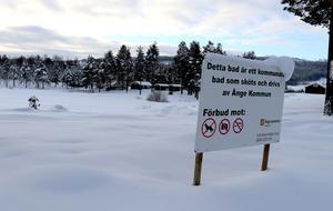 Insändarskribenten föreslår att kommunen skulle kunna se till att träden står kvar och att det är fri tillgång till badet i Backetjärn innan en eventuell försäljning.