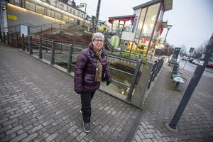 Sylvia Halming tog det försiktigt för att inte halka omkull. Julmarknad i Bollnäs stod på dagens agenda.