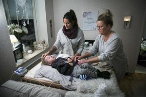 Hur kan andra få hjälp genom Försäkringskassan till barn med samma diagnos som William, undrar mamma Alexandra Sundelin och mormor Lillis Sundelin.