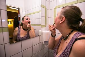 Elin Axelsson från Vällviken sminkades sig hårt med bland annat svart läppstift för rollen som punkrockande servitris. Under den sista kvarten av den en timme långa föreställningen var hon avsminkad och en äldre kvinna med rullator.