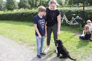Anna och Viggo Liljebrand var hundvakt och passade på att ta med lilla Diesel till Högbo för att gå runt och titta lite.