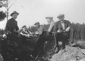 1920-tal. Kilsbergens kaffegökar ägnar sig åt kaffekokning på fotogenkök. Bildkälla: Örebro stadsarkiv/fotograf okänd.