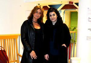 ST:s Katarina Vikström och Asal Ghazizadeh vid konferenssalen på Astrid Lindgrens barnsjukhus.