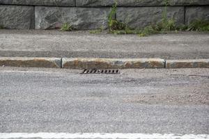 Vägbrunnen som vattnet ska rinna undan i är för liten.