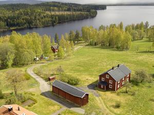 Foto: Johan von Sydow. Bergsmansgården vid Sångshyttan har utsikt över sjön Sången