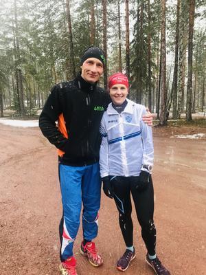 Roman Ryapolov och Evgeniya Ryapolova kramar om varandra efter målgång och dubbelsegern till paret.  Foto: Läsarbild