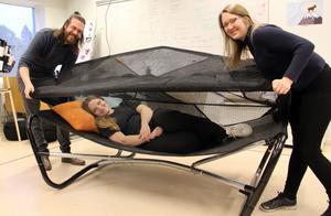 Intro. En tältsäng med sufflett blir en skyddad oas i trädgården, av Mattias Persson, Klara Blix och Camilla Erikers.