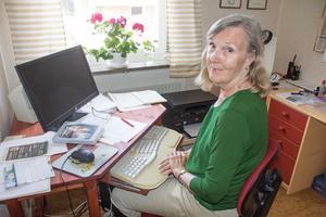 Författaren Margareta Sarri i sin skrivhörna i hemmet i Säter.