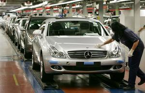 En bild från Mercedes fabrik i Sindelfingen. Enligt skribenten ska inte miljöförstörande industrier räknas som tillväxt.