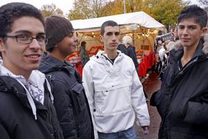 KOMPISGÄNG. Ali Faisal, Ahmed Halwa, Hassan Khrais och Hassan Juma från Tierp ville inte missa höstmarknaden.