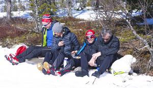 – Det var fantastiskt fint att åka idag; motsols och medvind,säger Daniels Svensson (trea från vänster), som blev trea i herrklassen och passade på att fika i solen efter loppet.