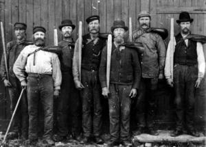ARBETETS SÖNER. Inspirerade av August Palms tal i Gävle sommaren 1885 bildade stadens sågverksarbetare en fackföring under hösten samma år.  Bilden visar ett lag med stabbläggare vid Korsnäsbolagets såg i Kastet omkring år 1900.