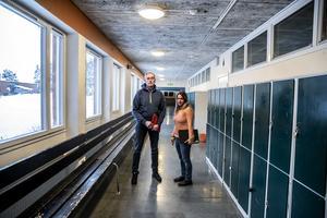 SO-lärare Magnus Gunnarsson samt studiehandledare och modersmålslärare Nasim Ebrahimi i Krokom är kritiska till hur Migrationsverket kommer rycka elever från studierna mitt i terminen.