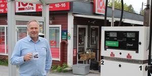 Ica-handlaren Mikael Sanderhem bredvid den nya drivmedelsstationen utanför butiken.