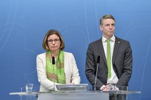 Miljöpartiets språkrör, miljö- och klimatminister Isabella Lövin och finansmarknads- och bostadsminister Per Bolund. Foto: Stina Stjernkvist / TT