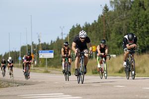 Cyklisterna måste hålla tolv meters avstånd till framförvarande cyklist, dock inte vid omkörning.