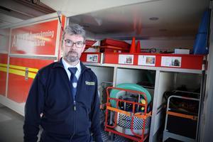 Mats Bergmark vid en av de katastrof-containrar som står redo. Denna för översvämningar.