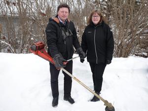 Vice kommunalrådet Ingemar Hellström (S) flaggar tillsammans med fritidschefen Siw Östlund för det nygamla projektet där röjningssugna ute i byarna får gratis röjsågar.